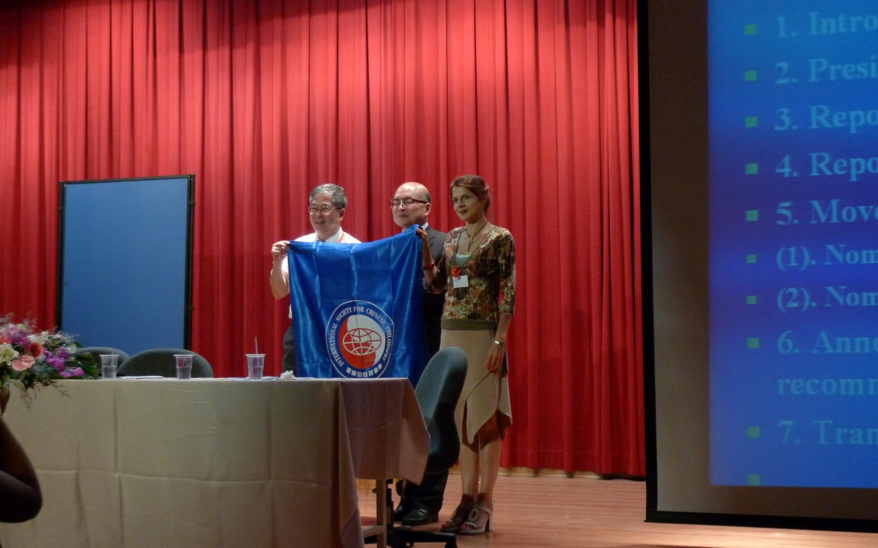 王毅提供16届大会上为两位主席主持会旗交换仪式