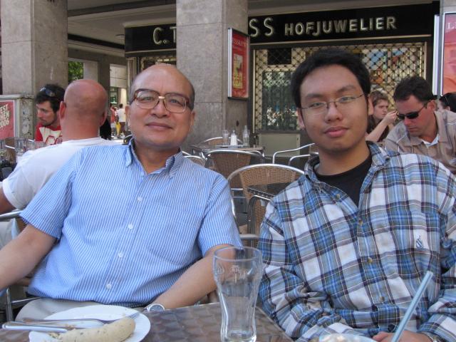 200672沈老師到維也納開會特地安排半天到慕尼黑探視我時。我幫他們父子拍的照片1