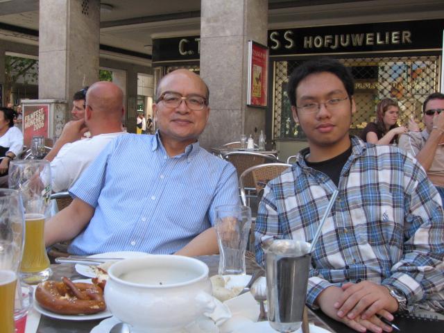 200672沈老師到維也納開會特地安排半天到慕尼黑探視我時。我幫他們父子拍的照片2